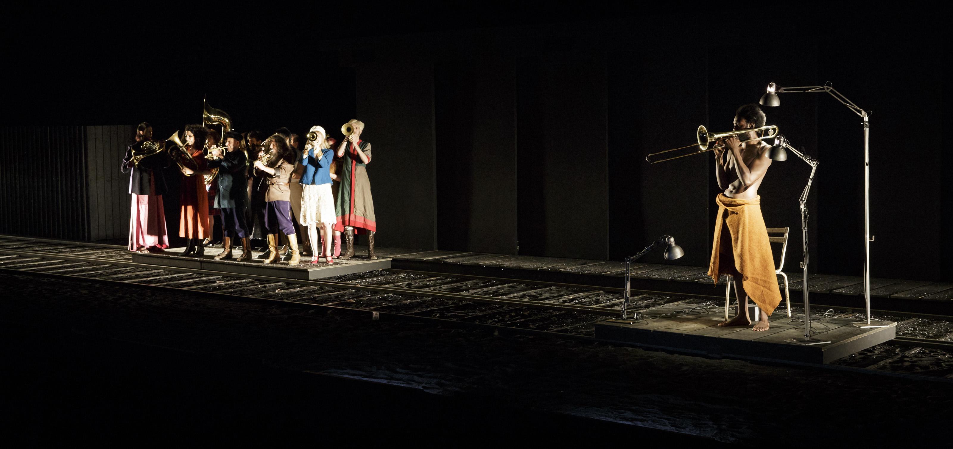 KARAMAZOV - D apres les freres karamazov de Fiodor DOSTOIESKI - de JEAN BELLORINI - Mise en scène, scénographie et lumière : Jean BELLORINI - Traduction : André MARKOWICZ - Adaptation : Jean BELLORINI, Camille DE LA GUILLAUNNIERE - Costumes, accessoires : Macha MAKEIEFF - Musique : Jean BELLORINI, Michalis BOLIAKIS, Hugo SABLIC - Son : Sébastien TROUVE - Coiffures, maquillage : Cécile KRETSCHMAR - Assistanat à la mise en scène : Mélodie-Amy WALLET - Avec : Michalis BOLIAKIS - François DEBLOCK - Mathieu DELMONTE - Karyll ELGRICHI - Jean-Christophe FOLLY - Jules GARREAU - Camille DE LA GUILLONNIERE - Jacques HADJAJE - Blanche LELEU - Clara MAYER - Teddy MELIS - Marc PLAS - Geoffroy RONDEAU - Hugo SABLIC - Dans le cadre du 70eme festival d Avignon - Lieu : Carriere de Boulbon - Ville : Avignon - Le : 09 07 16 - Photo : Christophe RAYNAUD DE LAGE